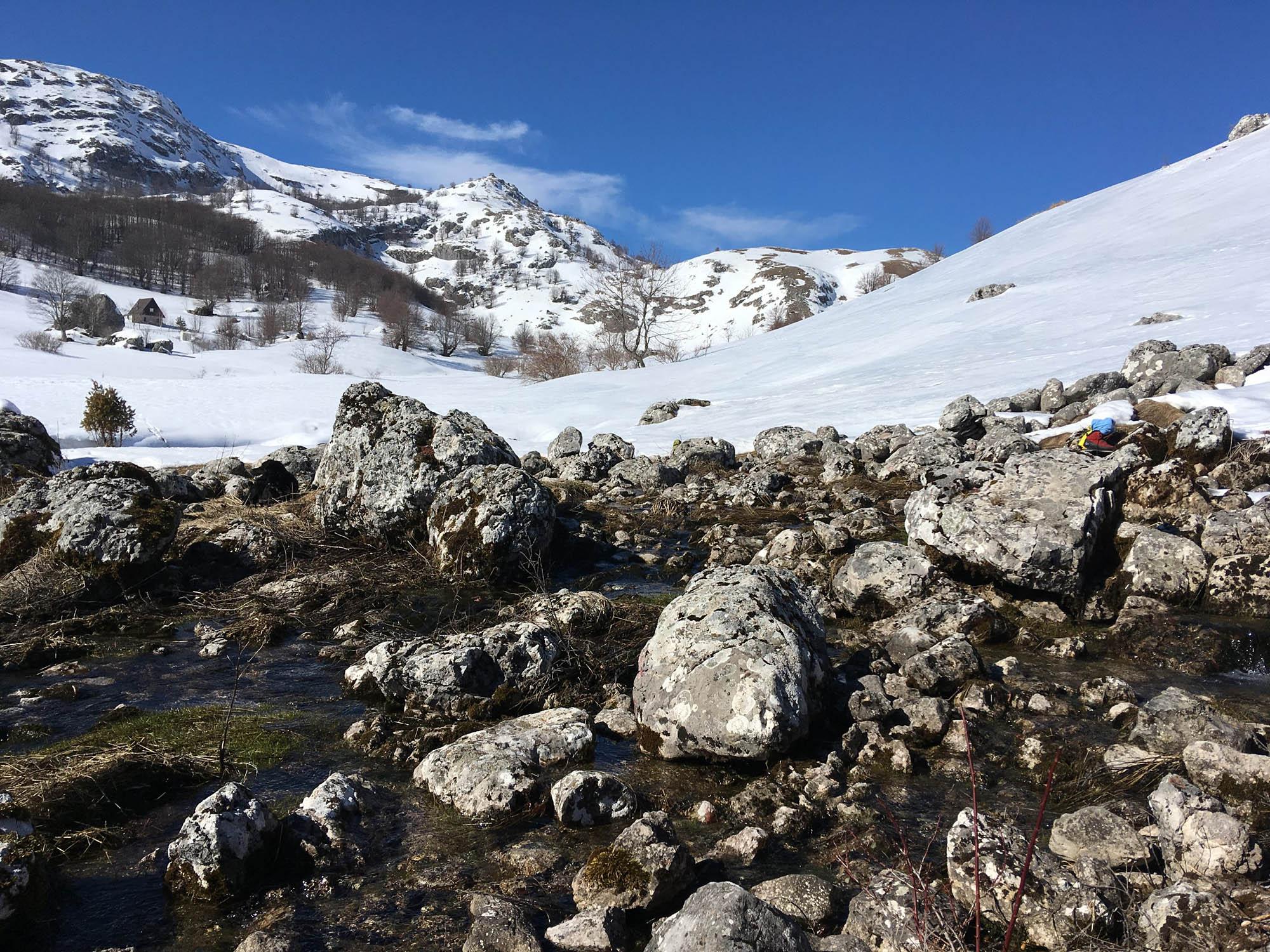 Eisdrache am Fluss